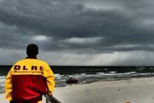 Der Rettungsschwimmer trotzt dem drohenden Gewitter